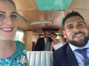 Die Trauzeugen und das Hochzeitspaar im Bus