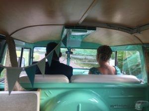 Die Trauzeugen von Claudia und Philipp während der Fahrt mit offenen Safarifenstern