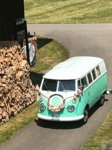 Der VW Bus T1 festlich geschmückt für die Hochzeit von Claudia und Philipp
