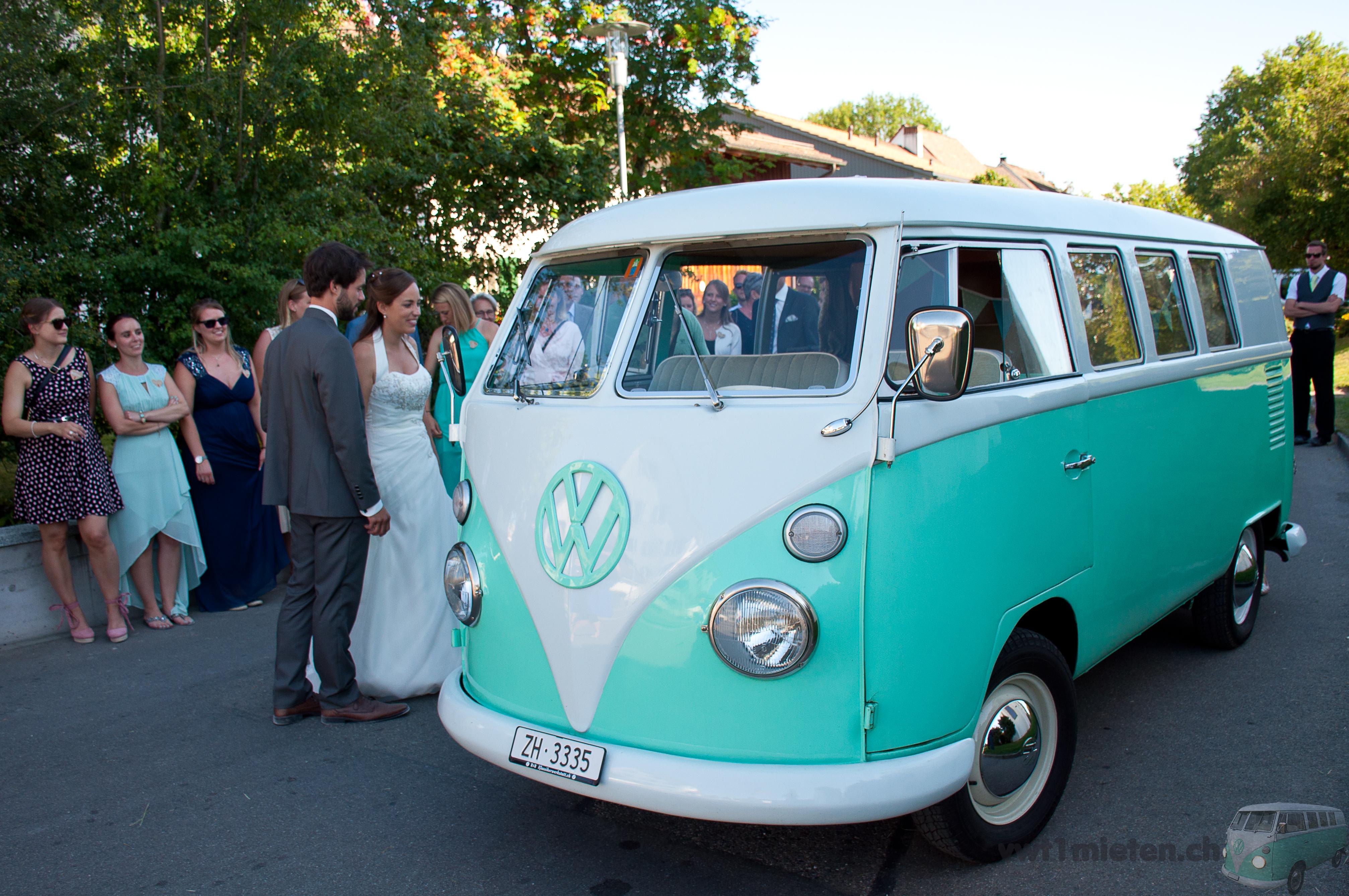 Sandra und Dany bestaunen unseren wunderschönen VW Bus T1